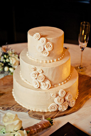 rossettes buttercream wedding cake