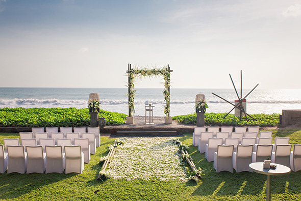 A beautiful white wedding in bali the destination for Bali mariage location